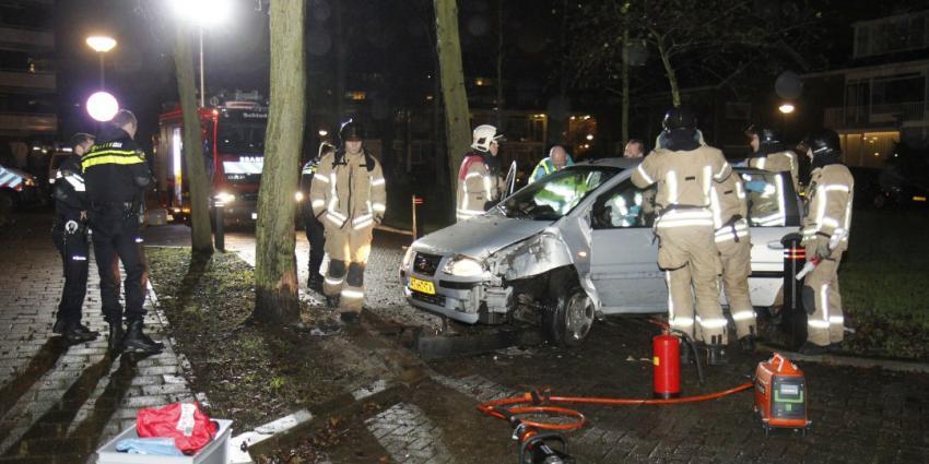 Auto rijdt tegen boom in Schiedam