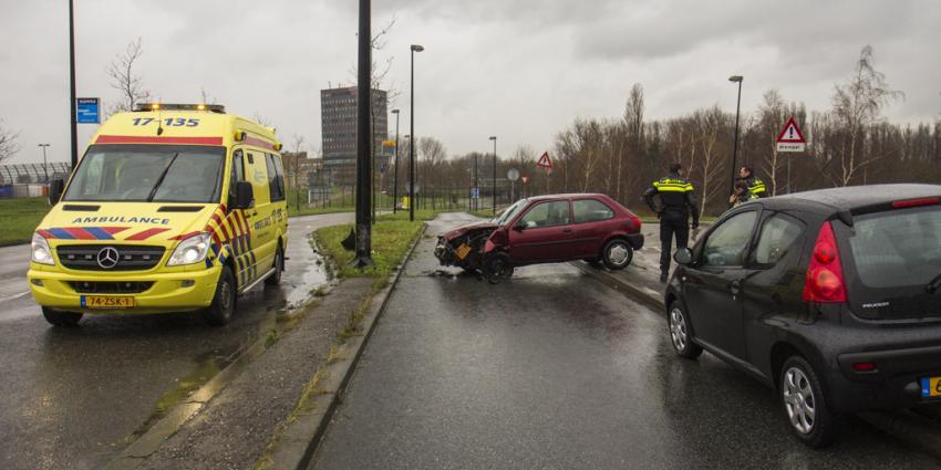 Auto botst tegen paal in Vlaardingen