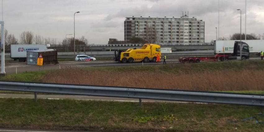 Vrachtwagen verliest container op oprit A4