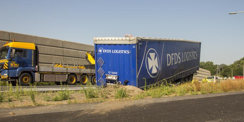 Vrachtwagentrailer schiet los op de A20