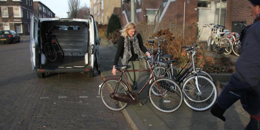 Gedupeerd gezin neemt fietsen in ontvangst