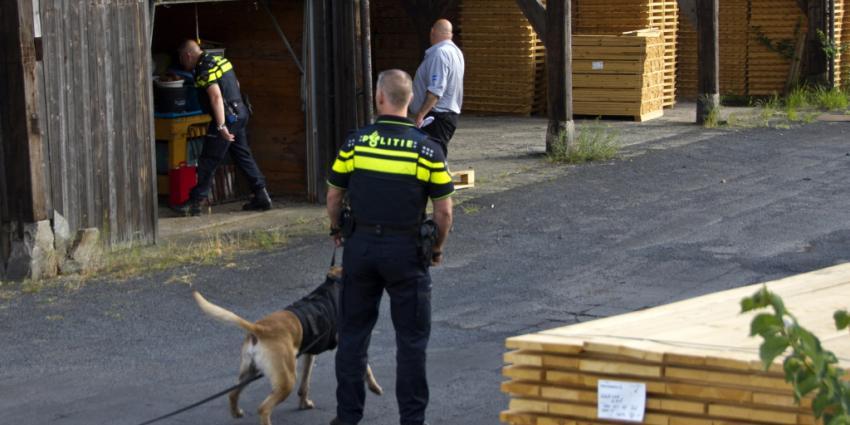 Politie omsingelt houthandel