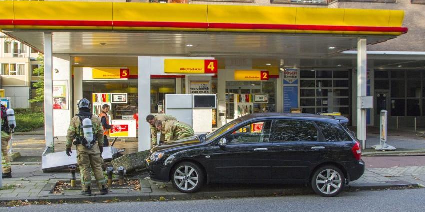Auto rijdt tegen benzineinstallatie in Schiedam