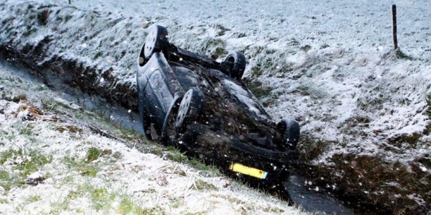 Automobilist slipt en belandt op de kop in de sloot