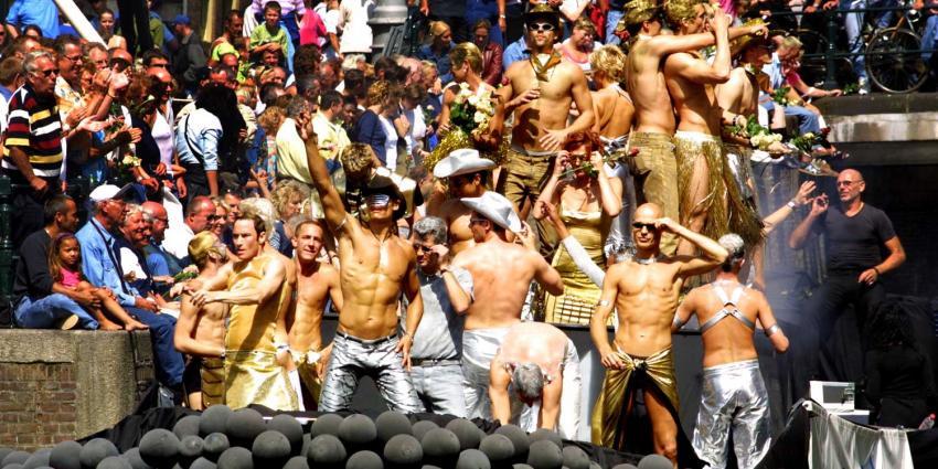 Minister van Engelshoven stelt onderwijsboot open tijdens Pride 2019