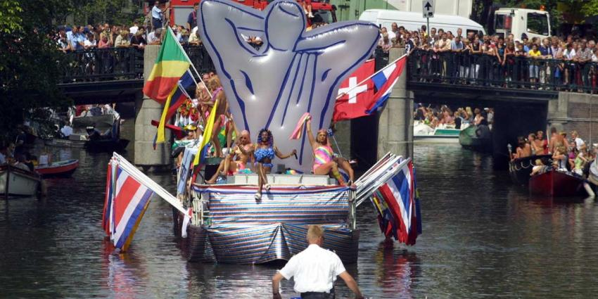 Boot van ministerie VenJ vaart mee tijdens Canal Parade
