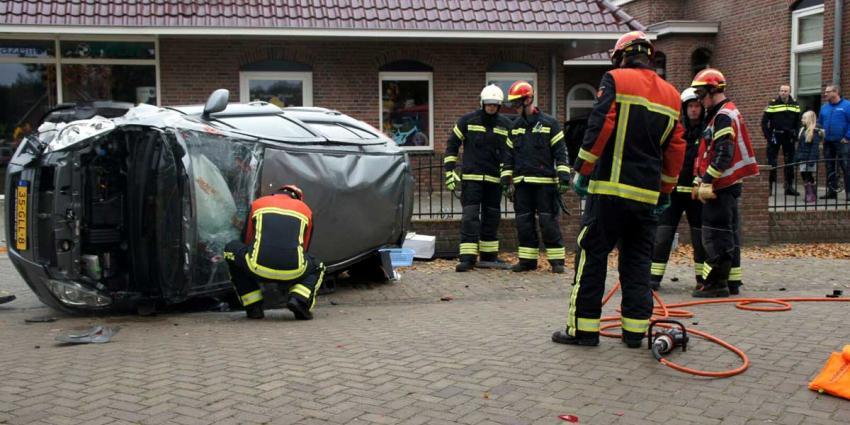 Vrouw gekanteld met auto in Nieuw Amsterdam