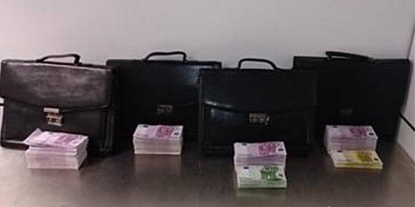 Foto van bankbiljetten in aktetassen | Douane