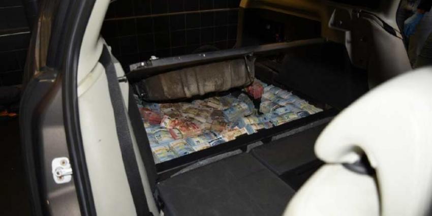Bergen drugsgeld in verborgen ruimtes in auto's