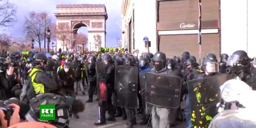 Duizenden 'gele hesjes' op de been bij betoging in Parijs