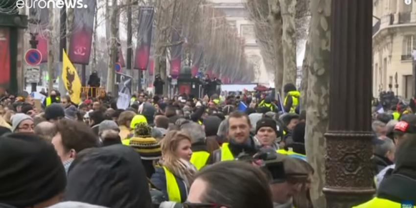 Gele hesjes protesteren in Parijs en in andere steden van Frankrijk