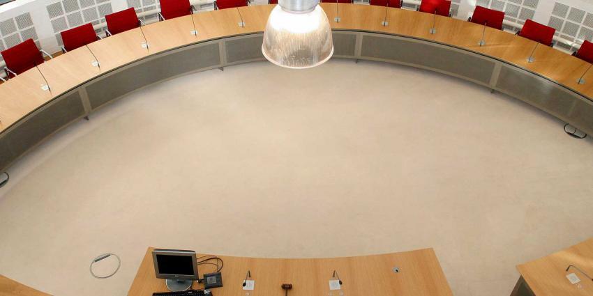 gemeenteraad-stoel-tafel