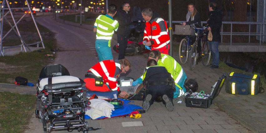 Scooterrijder zwaargewond bij botsing op reclamebord