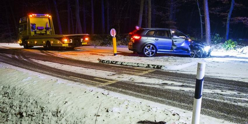 Auto botst door gladheid op boom in Sint-Michielsgestel