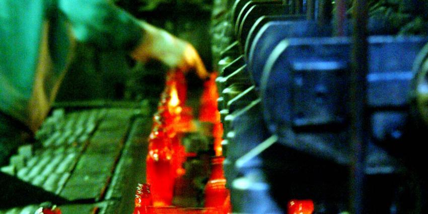 Werknemers glasfabriek staken