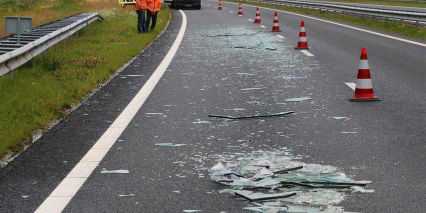 Vrachtwagen met glas gekanteld op N33 bij Rolde