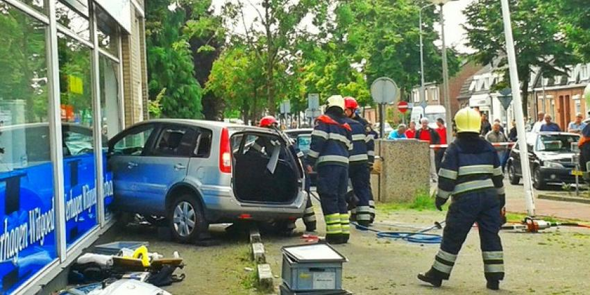 Auto rijdt door glazen pui bij Verhagen Witgoed