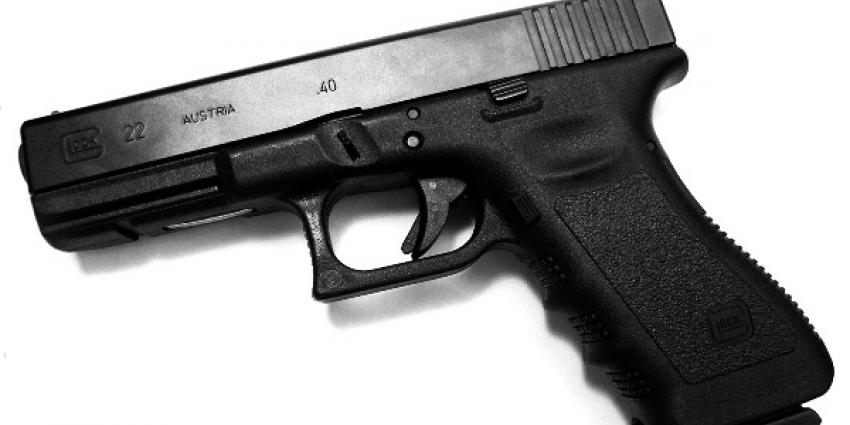 Vijf arrestaties na vondst Kalasjnikovs, Glocks en drugs