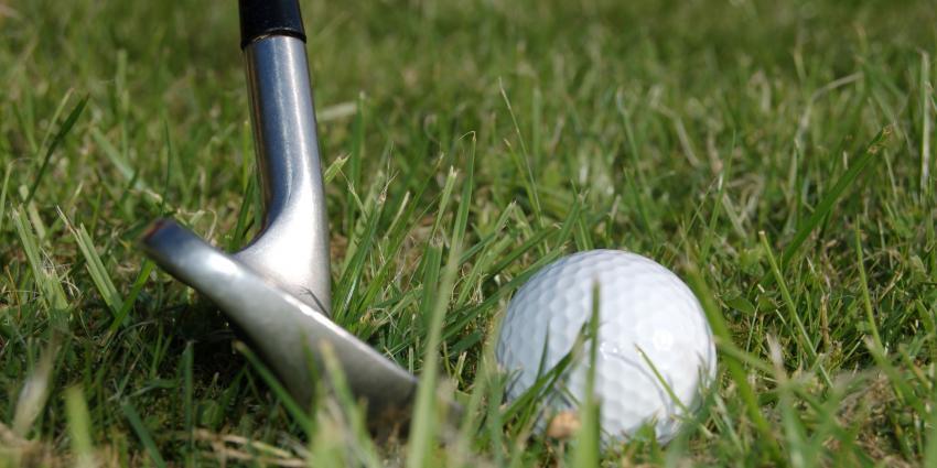 Golfer tegen de vlakte door golfbal bij KLM Open