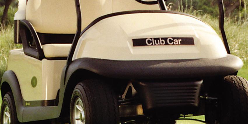 Dronken man rijdt met golfkarretje midden op de weg