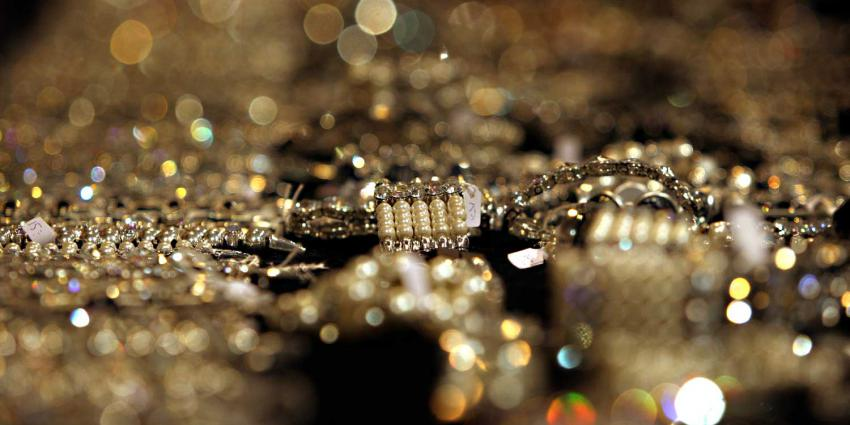 Knuffeldieven verstoppen gestolen sieraden in lichaam
