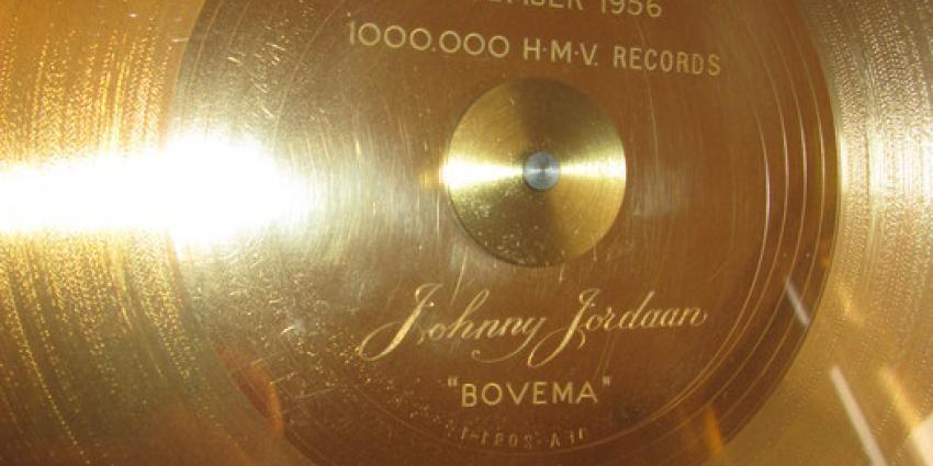Eerste gouden plaat van Johnny Jordaan geveild voor meer dan 2000 euro