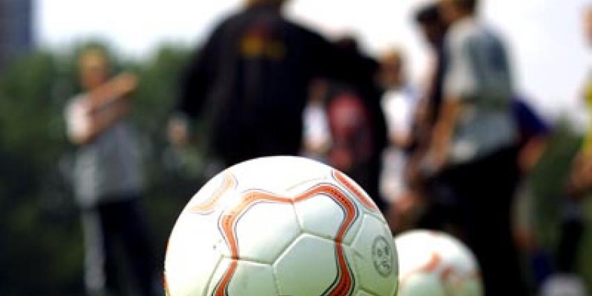 Spelers en toeschouwers op de vuist in Wateringen