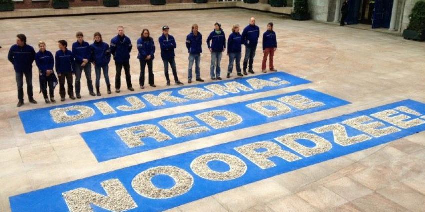 Greenpeace legt 54.780 stenen op stoep Dijksma