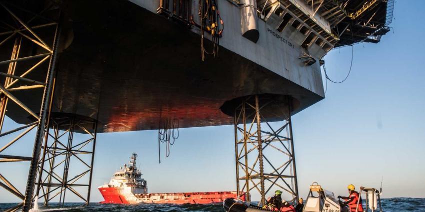 Actievoerders Greenpeace beklimmen gasboorplatform Schiermonnikoog
