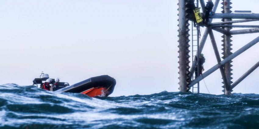 Negen aanhoudingen actie Greenpeace boorplatform Schiermonnikoog