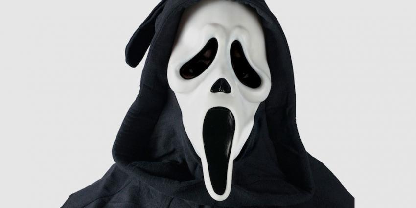 Tieners met maskers op laten mensen schrikken