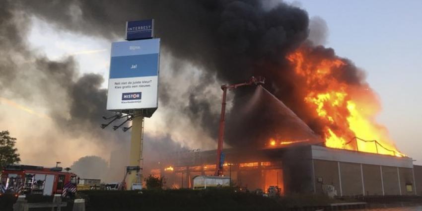 Grote brand in leegstaande loods Schiedam, rijbanen A20 weer vrij
