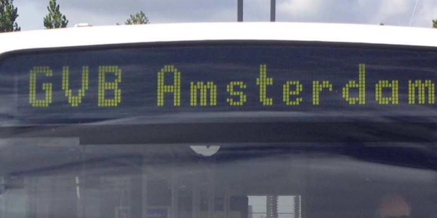 Vrouw (19) komt onder stadsbus en overlijdt