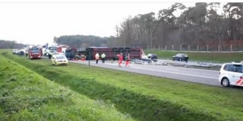 Vrachtwagen met bierflesjes kantelt op A4, chauffeur overleeft ongeval niet