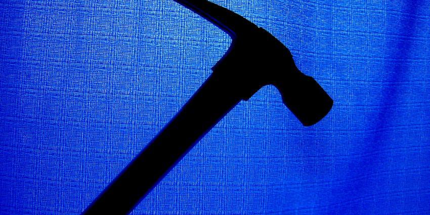Tiener (16) slaat agent meerdere keren met hamer op hoofd