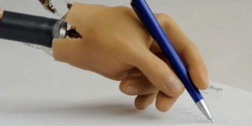 Foto van handprothese schrijvend   TU Delft