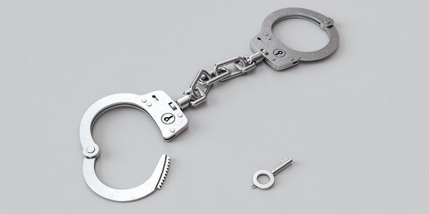Agent vergeet sleuteltje van handboeien tijdens spreekbeurt