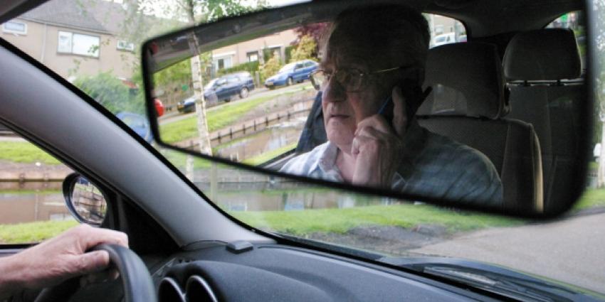 Acht automobilisten op de de bon van handheld bellen