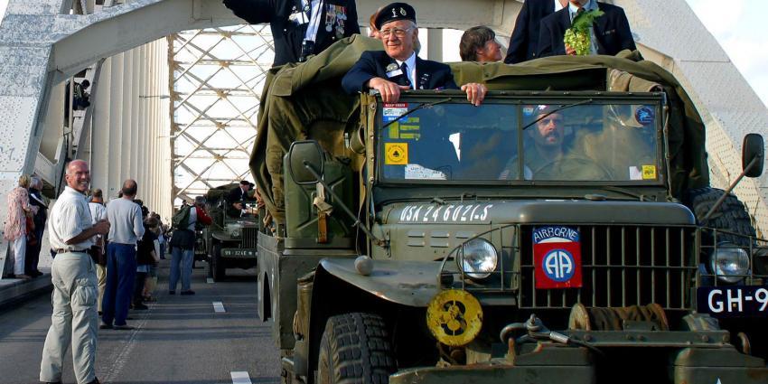 200 Parachutisten springen vanochtend boven Groesbeek