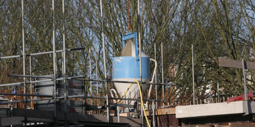 Foto van hijskraan met cement op bouwplaats | Archief EHF