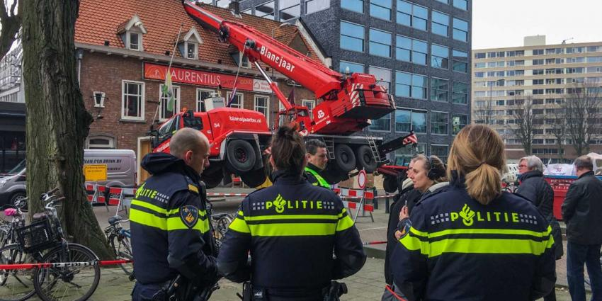 Hijskraan valt op dak Rotterdamse studentenvereniging