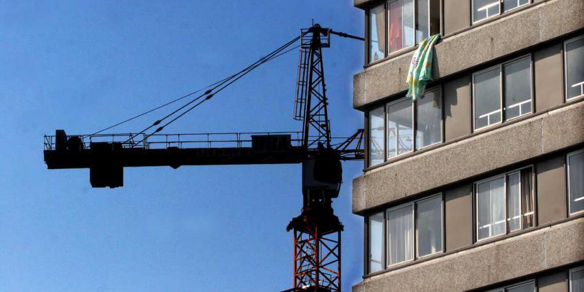 Grote bouwkraan op gymzaal school in Kortrijk gevallen