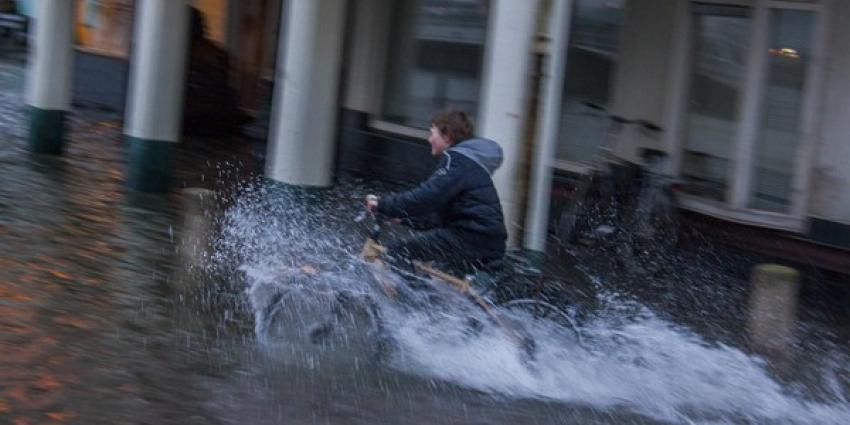 Kades onder water door hoge waterstand