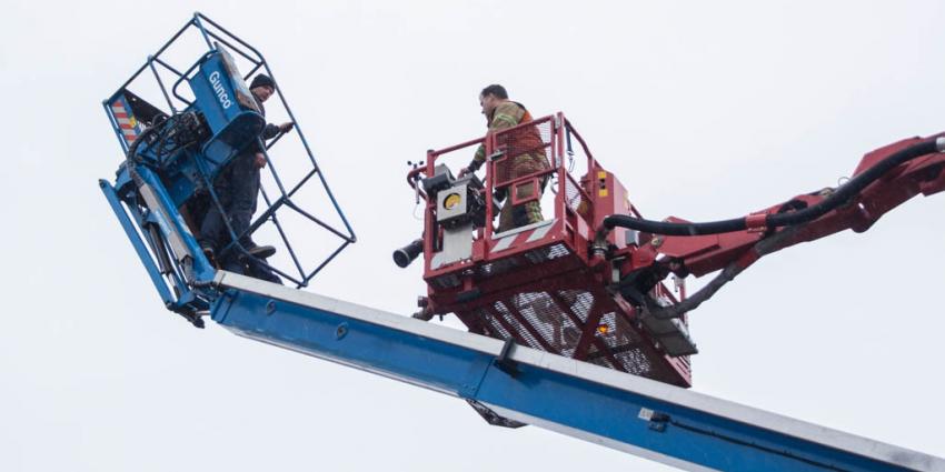 Hoogwerker gekanteld, werkmannen in paniek, brandweer zit verkeerd