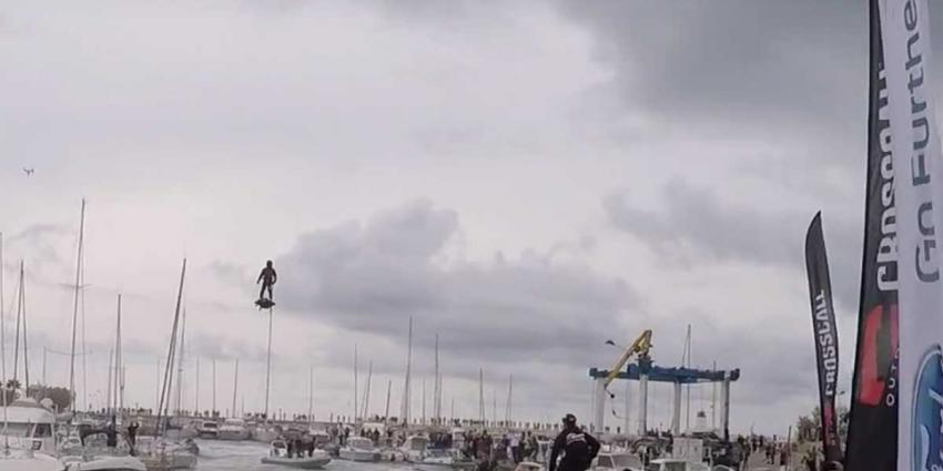 Fransman vliegt recordafstand van ruim 2 km op hoverboard