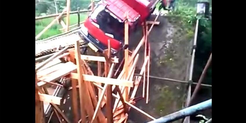 Een zware truck over een gammele houten brug dat is vragen om moeilijkheden