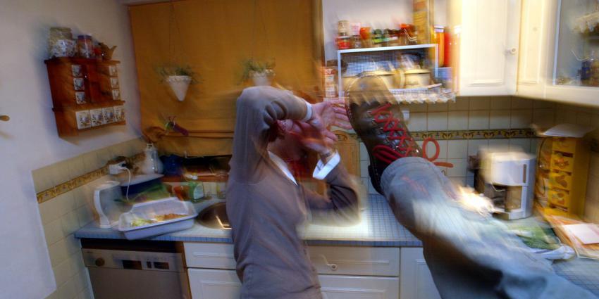 Minderjarige kinderen vragen politie hulp om huiselijk geweld