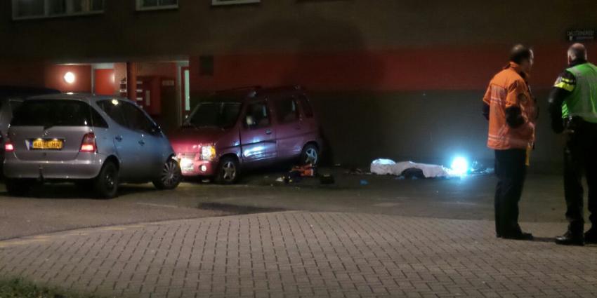 Man overleden na botsing met geparkeerde auto