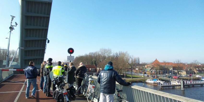 fietser rijdt het water in bij geopende brug