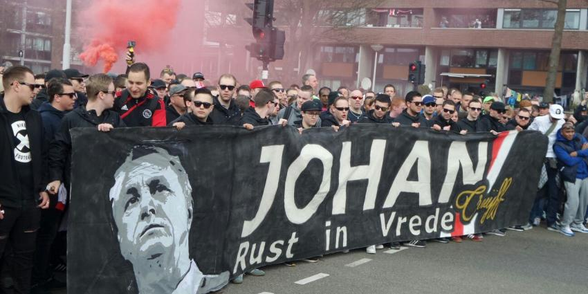 Duizenden fans lopen mee in mars ter nagedachtenis aan Johan Cruijff